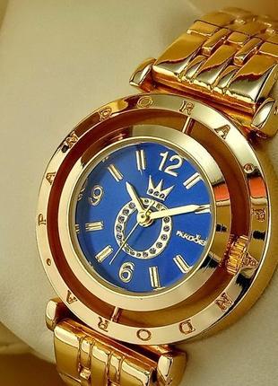 Женские наручные часы золотого цвета с синим циферблатом