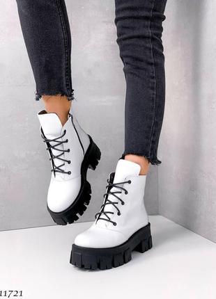 Женские белые демисезонные ботинки на тракторной подошве