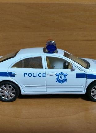 Модель полицейской машины toyota  1: 34