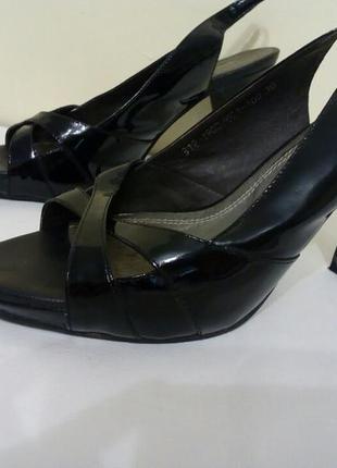 Черные лаковые туфли босоножки