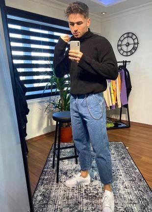 Мужские джинсы синего цвета с цепочкой