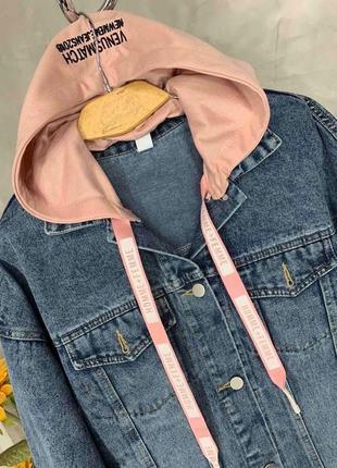 Джинсовая куртка с капюшоном.