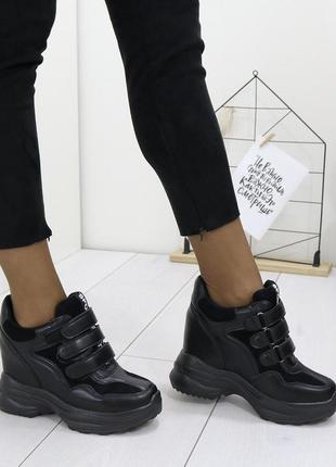 Черные женские кроссовки сникерсы на липучках на скрытой танкетке
