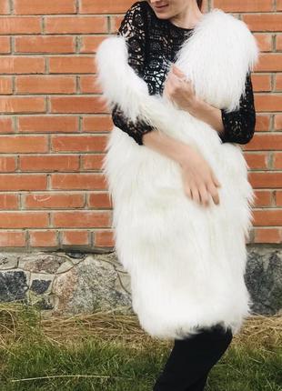 Жилетка из меха лама эко мех длинная молочный цвет и чёрный песец