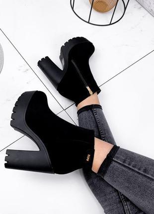 Женские  зимние чёрные ботинки на высоком каблуке ботильоны