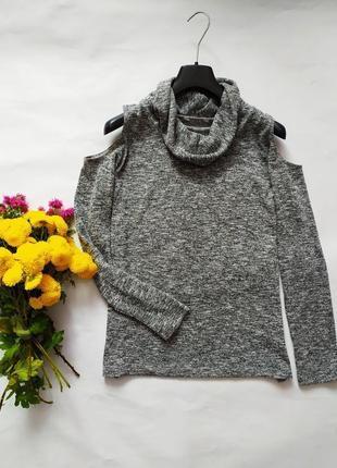 Легкий свитер с открытыми плечами