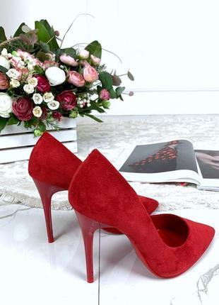 Красные туфли лодочки на шпильке, красные замшевые туфли на вы...