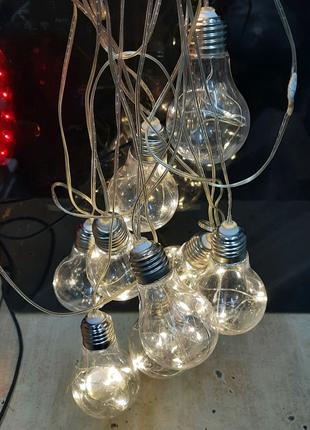Гирлянда в виде лампочек.