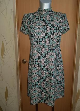 Лаконичное актуальное платье в стиле 60-х