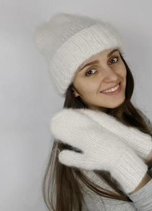 Белая шапка и варежки вязаный теплый пушистый набор мохер