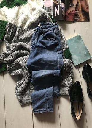 Светлые мом джинсы на высокой посадке