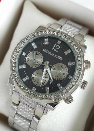 Женские часы под серебро с черным циферблатом на рифленом брас...