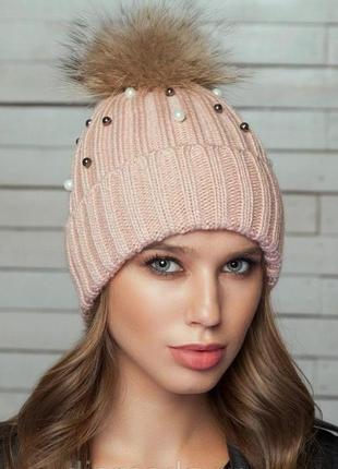 Зимняя вязаная пудровая шапка с бусинами и меховым помпоном