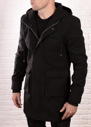 Мужское пальто на молнии черного цвета с капюшоном