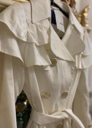 Белое пальто с рюшиками на осень Новое