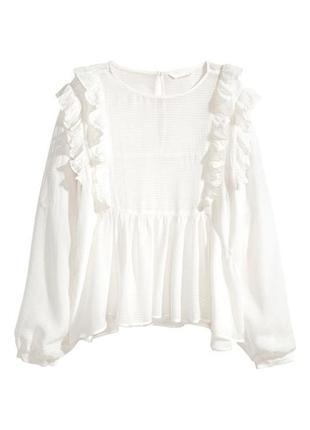 Белая блуза с рюшами