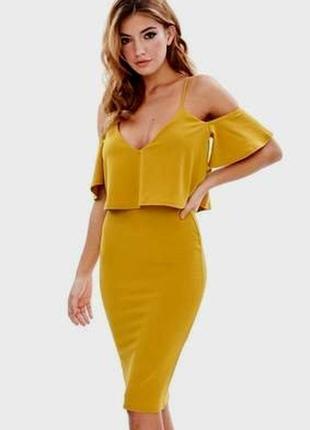 Креповое платье-футляр с открытыми плечами и оборкой - 20% ски...