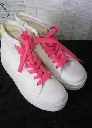 Бомбезные фирменные белые кеды-ботиночки на утолщенной подошве...