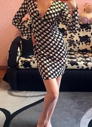 Новое платье с глубоким декольте с узором - гусиная лапка