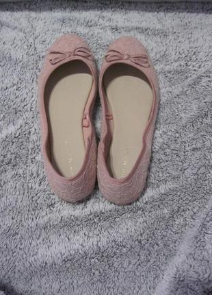 Трендовые пудровые туфли балетки с кружевной отделкой низкий у...