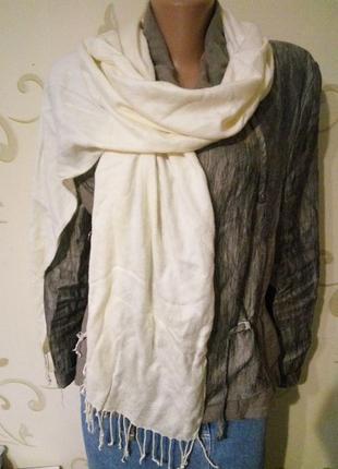 100% вискоза . шарф шаль палантин с кистями молочного цвета .
