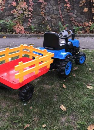 Дитячий трактор на педалях