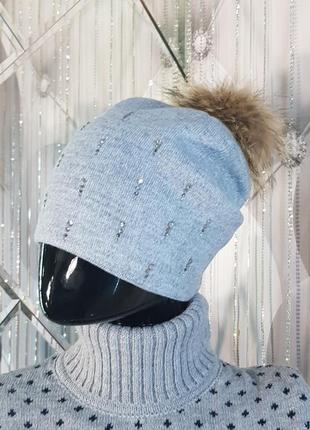 Женская шапка с меховым бубоном