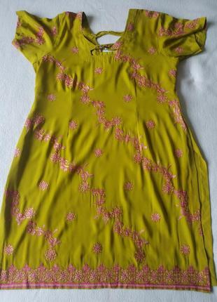 Лёгкое горчичное платье-туника с цветами в восточном стиле