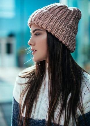 Яркая шапка крупной вязки