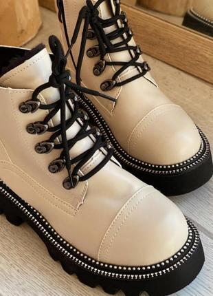 Ботинки с декоративной отстрочкой на меху,