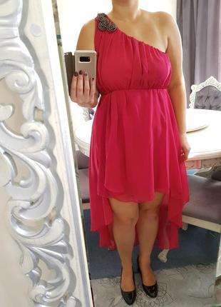 Платье с ,,хвостом,, на одно плечё ярко малинового цвета