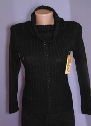Черный свитер с ажурным воротником