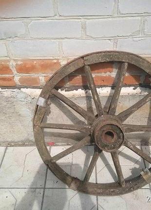 Старинное деревяное колесо