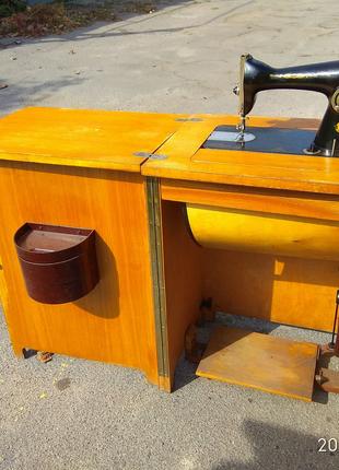 Продается ретро швейная машинка Подолянка 2М в тумбе качество ССС