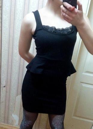Черное платье с баской и кружевом