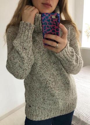 Тёплый шерстяной свитер с горловиной