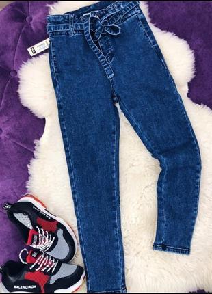 Укороченные джинсы с высокой талией