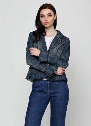 Красивый женский джинсовый пиджак