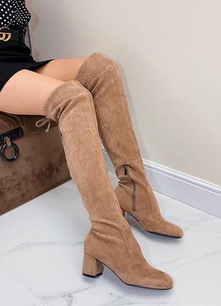 Бежевые высокие сапоги ботфорты на каблуке
