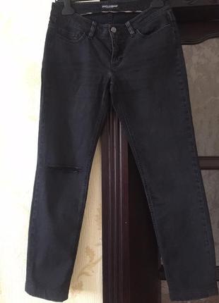 Черные джинсы с дыркой на колене