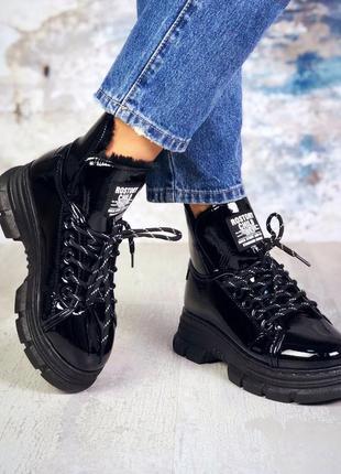 Лаковые зимние ботинки на массивной подошве берцы на меху