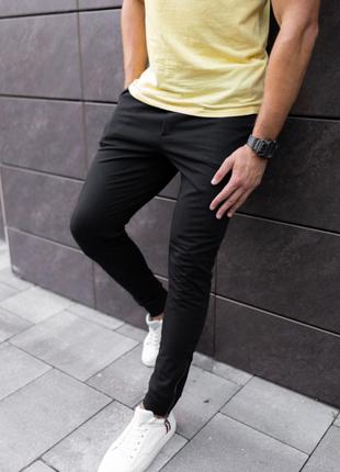 Черные спортивные штаны с замочком на манжете