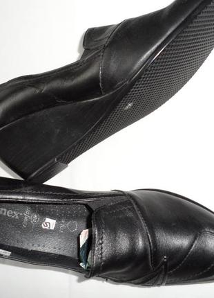 Туфлі нові шкіряні на танкетці.