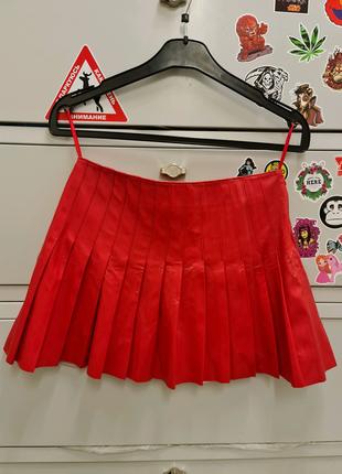 Ярко-красная плисерованная юбка из кожзама