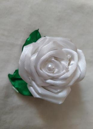 Белая роза на заколочке