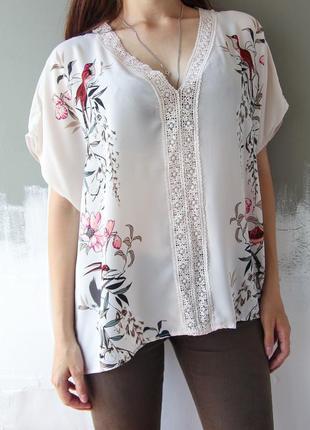 Светлая блузка с красивым рисунком