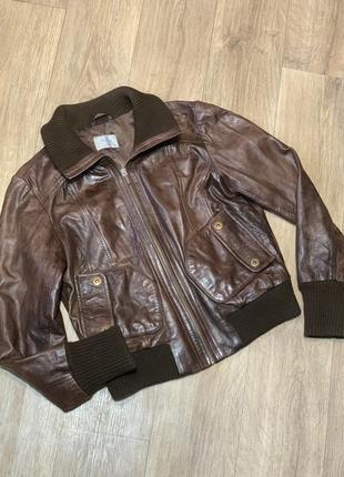 Коричневая кожаная куртка с манжетами