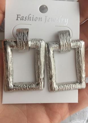 Серьги гвоздики трендовые серебристые сережки