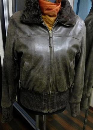 Утепленная кожаная куртка в стиле авиатор с меховым воротником