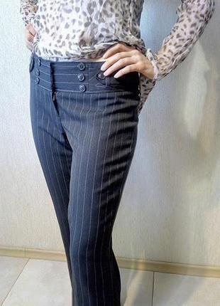 Классические серые брюки в деловом стиле с фасонным поясом